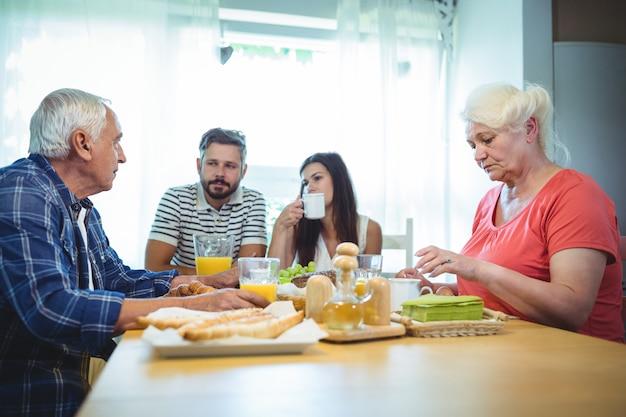 Coppia fare colazione con i genitori