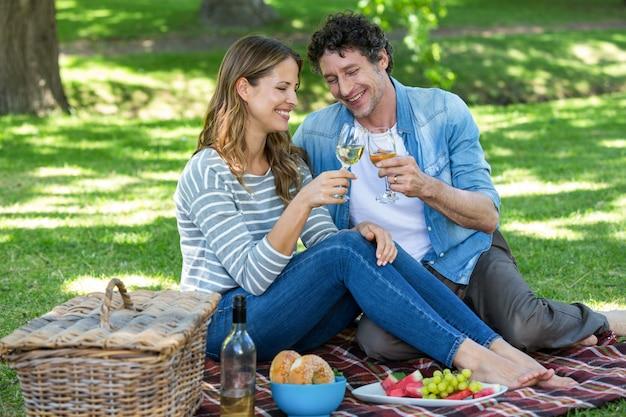 Coppia fare un picnic con il vino