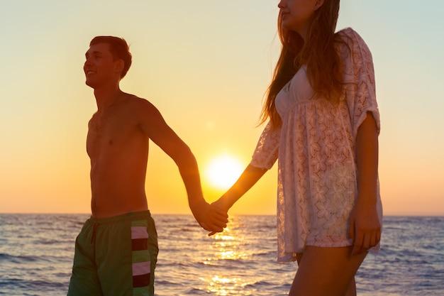 Coppia fare una passeggiata sulla spiaggia