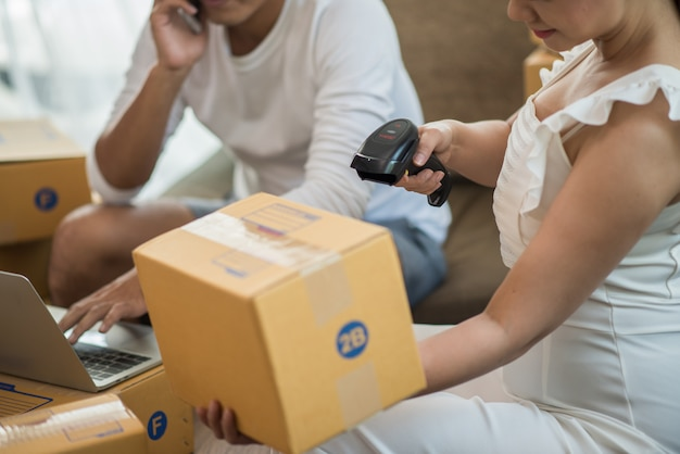 Coppia felice a casa ufficio con business online, vendita online e lavoro freelance