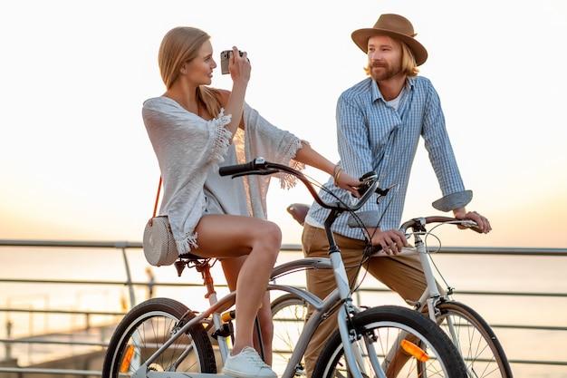 Coppia felice che viaggiano in estate in bicicletta, scattare foto