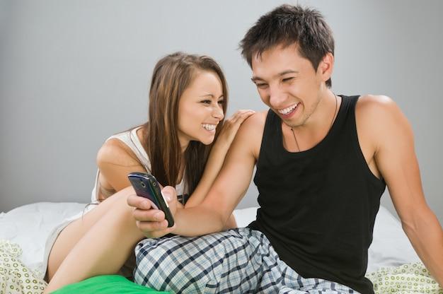 Coppia felice con il telefono mobile