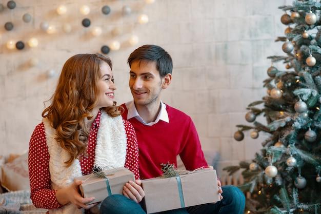 Coppia felice con regali di natale