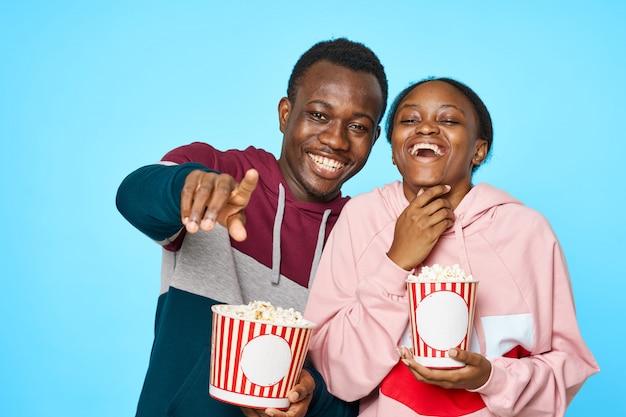 Coppia felice di mangiare popcorn