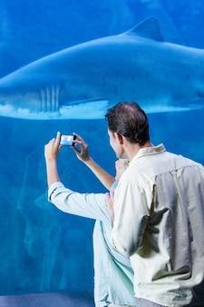 Coppia felice di scattare una foto di uno squalo
