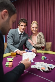 Coppia felice giocando a poker