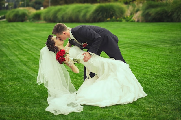 Coppia felice il giorno del matrimonio. cammina la sposa e lo sposo nel parco nazionale in autunno.