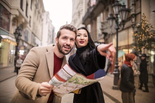 Coppia felice in un tour della città