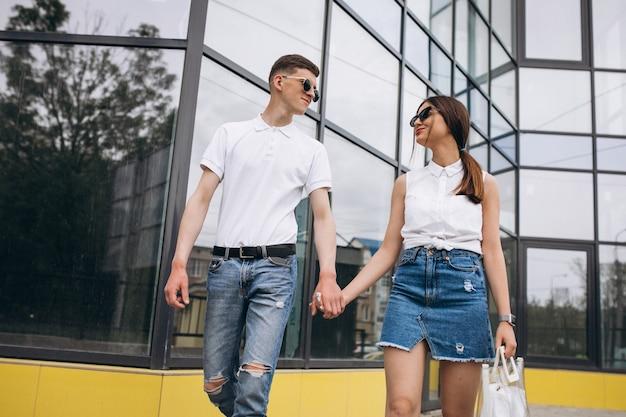 Coppia felice insieme in città