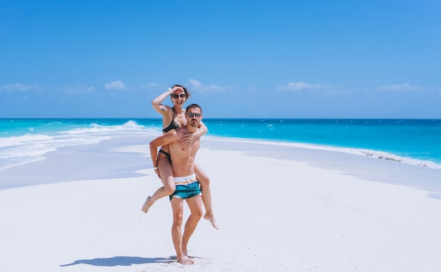 Coppia felice insieme in vacanza sull'oceano