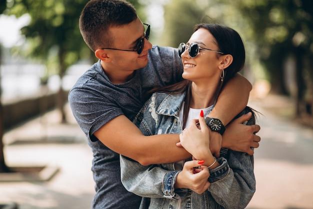 Coppia felice insieme nel parco