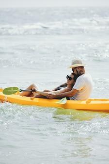 Coppia felice kayak