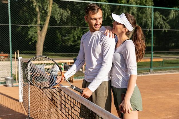 Coppia felice sul campo da tennis