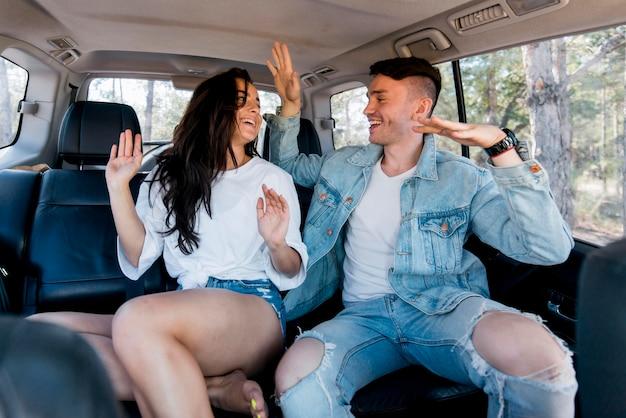 Coppia felice vista frontale all'interno dell'auto