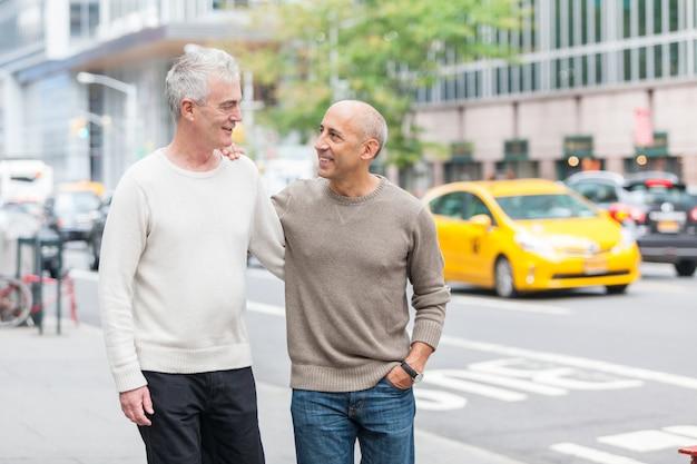 Coppia gay che cammina a new york