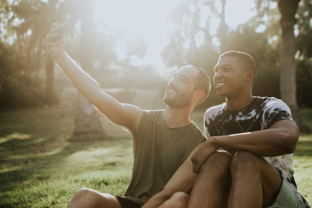 Coppia gay prendendo un selfie in estate