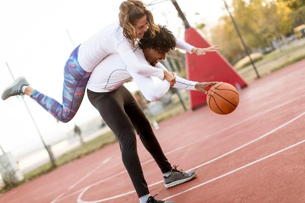 Coppia giocando a basket