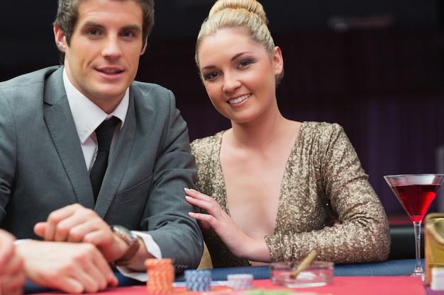 Coppia giocando a poker