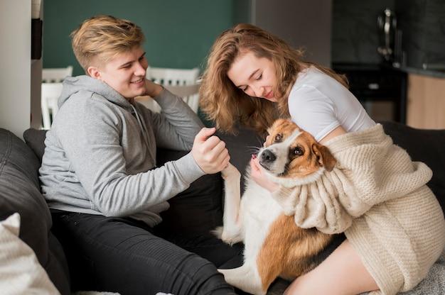 Coppia giocando con il cane