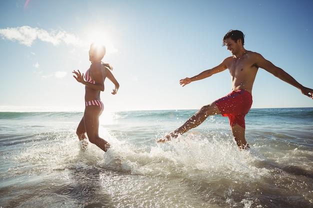 Coppia giocando in acqua