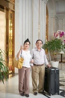 Coppia gioiosa nella hall dell'hotel