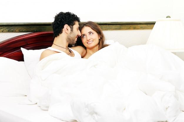 Coppia giovane a letto