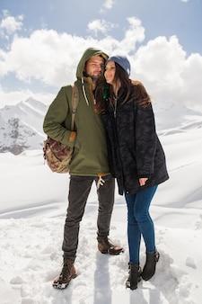 Coppia giovane bella hipster, escursioni in montagna, vacanze invernali in viaggio, uomo donna innamorato