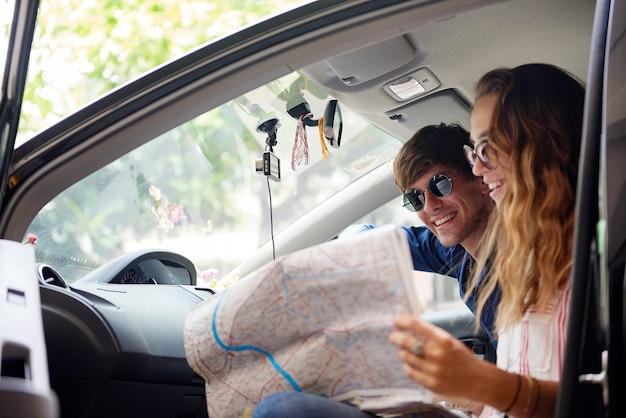 Coppia giovane controllando la mappa durante il viaggio