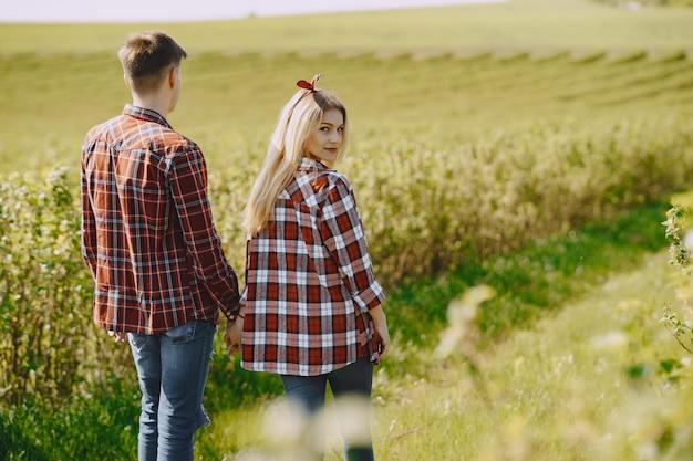 Coppia giovane e donna in un campo estivo
