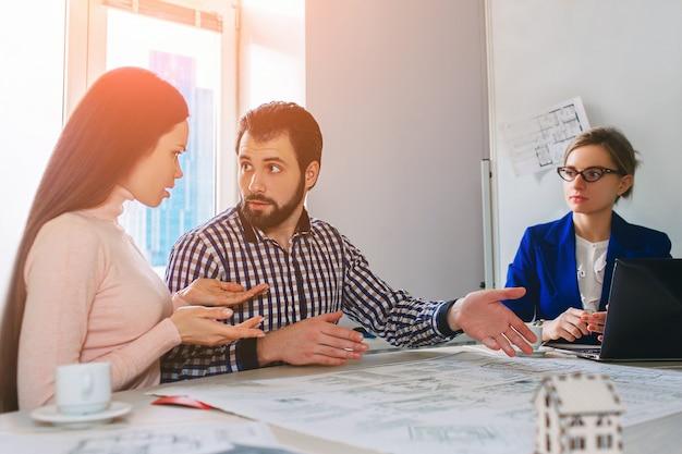 Coppia giovane famiglia acquisto affitto proprietà immobiliare