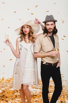Coppia giovane hipster alla moda innamorata, tenendo bicchieri e bevendo champagne
