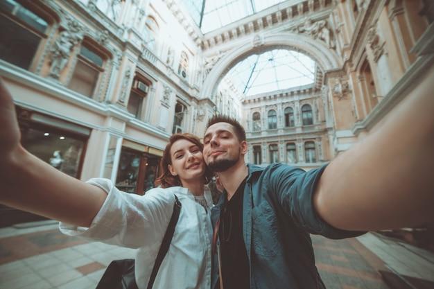 Coppia giovane hipster in amore fa selfie ritratto in città. concetto di viaggio. turismo estivo