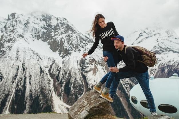 Coppia giovane hipster in amore passeggiate in montagna