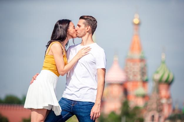 Coppia giovane incontri in amore, camminando sullo sfondo della città chiesa di san basilio
