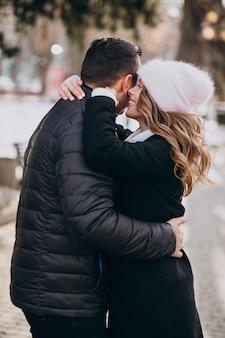 Coppia giovane insieme in una strada invernale in un giorno di san valentino
