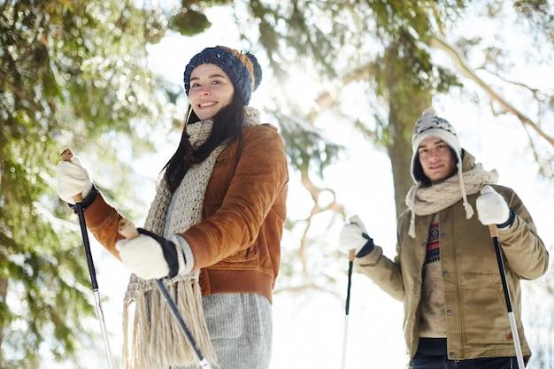 Coppia giovane sciare al sole