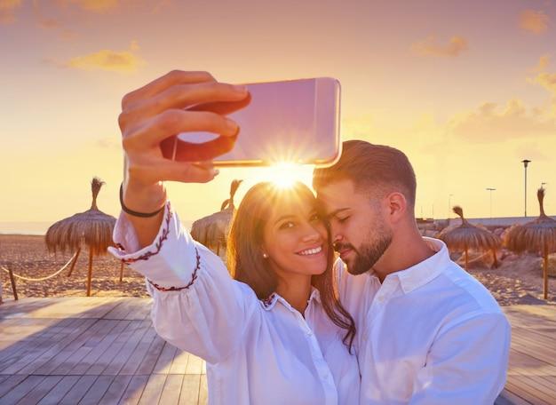 Coppia giovane selfie foto in vacanza al mare
