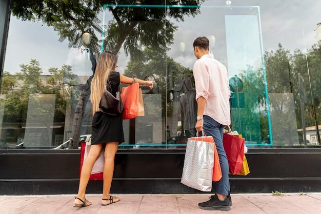 Coppia giovane shopping insieme