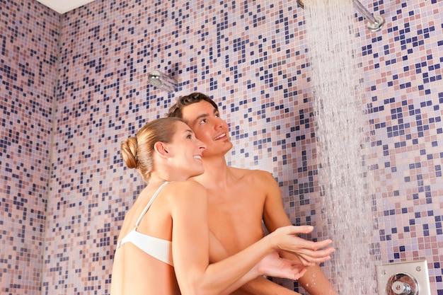 Coppia giovane sotto esperienza doccia