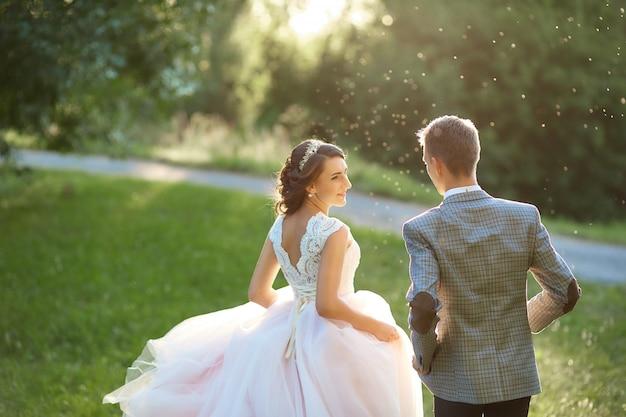 Coppia giovane sposata romantica