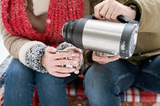Coppia godendo il tè in inverno
