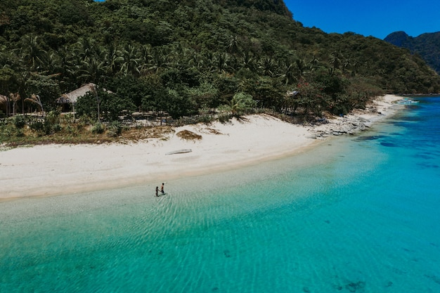 Coppia godendo il tempo davanti alla spiaggia di coron. concetto di estate, stile di vita, viaggi di voglia di viaggiare e natura