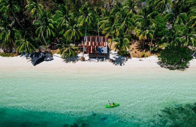 Coppia godendo il tempo in kayak di fronte alla spiaggia di coron. concetto di estate, stile di vita, viaggi di voglia di viaggiare e natura