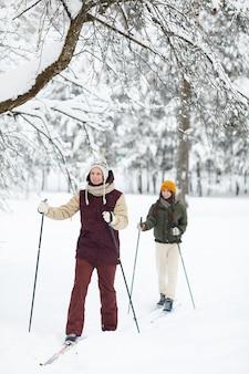 Coppia godendo lo sci