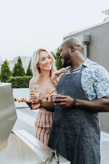 Coppia godendo spiedini barbecue e un bicchiere di vino