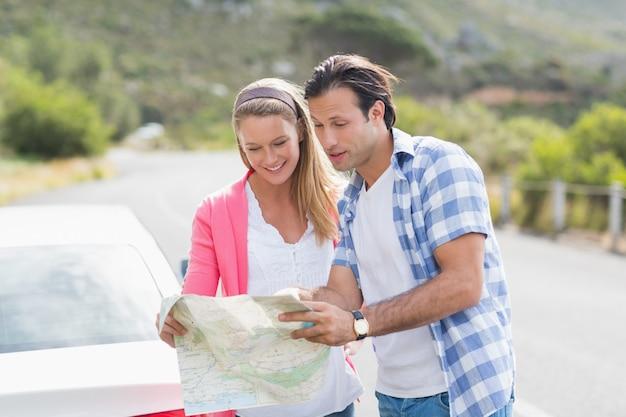 Coppia guardando una mappa fuori dalla loro auto