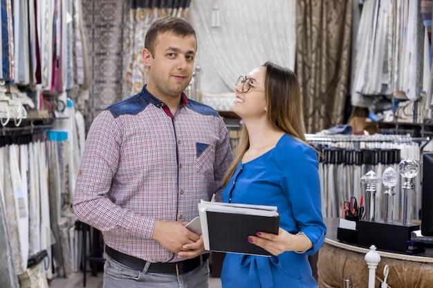 Coppia i proprietari di tessuti per negozi per tende e interni