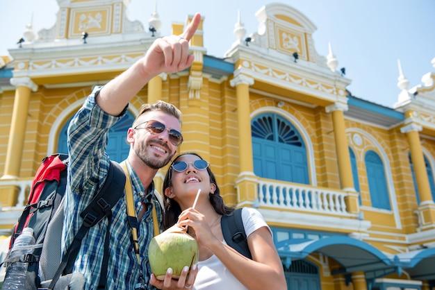Coppia i viaggiatori con zaino e sacco a pelo turistici che godono del viaggio nella città tailandia di bangkok