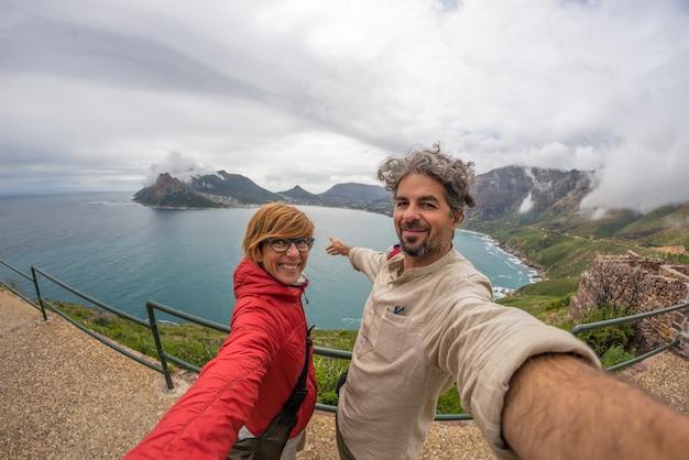 Coppia il selfie a cape point, il parco nazionale della montagna della tabella, destinazione di viaggio nel sudafrica