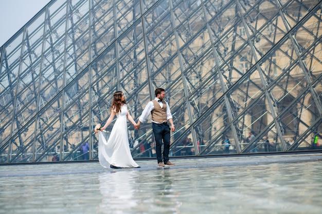 Coppia in amore a parigi, fotografia di matrimonio